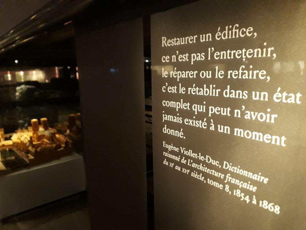 Citation de Viollet-le-Duc exposée dans la crypte de Notre-Dame @J.Barret