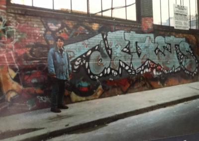 Nicolas TSM devant le mur extérieur de Stalingrad