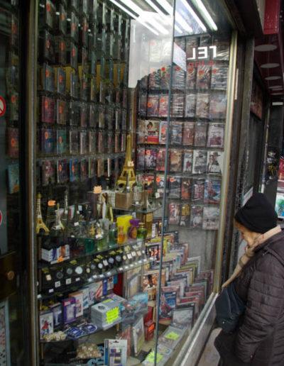 La vitrine du magasin Sauviat, l'un des seuls dépôts-ventes de musiques maghrébines, bd de la Chapelle @JBarret