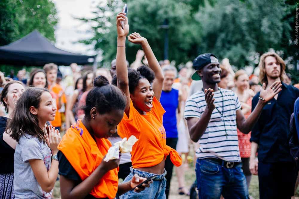 Des bénévoles sen T-Shirt orange lors du festival Goutte d'Or en fête @ Mahdi Arid