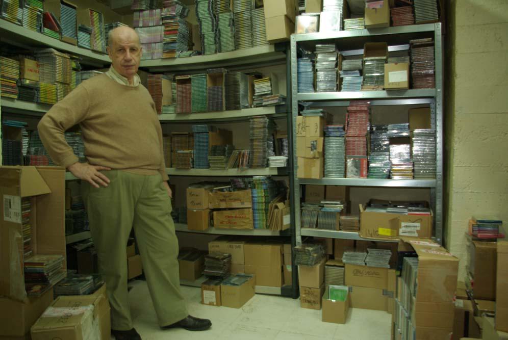 Michel Levy, dans la salle de ses locaux où il entrepose CD, DVD et K7 @J.Barret