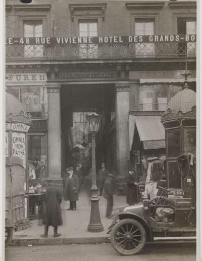 Entrée du passage des Panoramas, 10 rue Saint-Marc, Paris 2e, en 1916 par Charles Lansiaux. CC0 Paris Musées