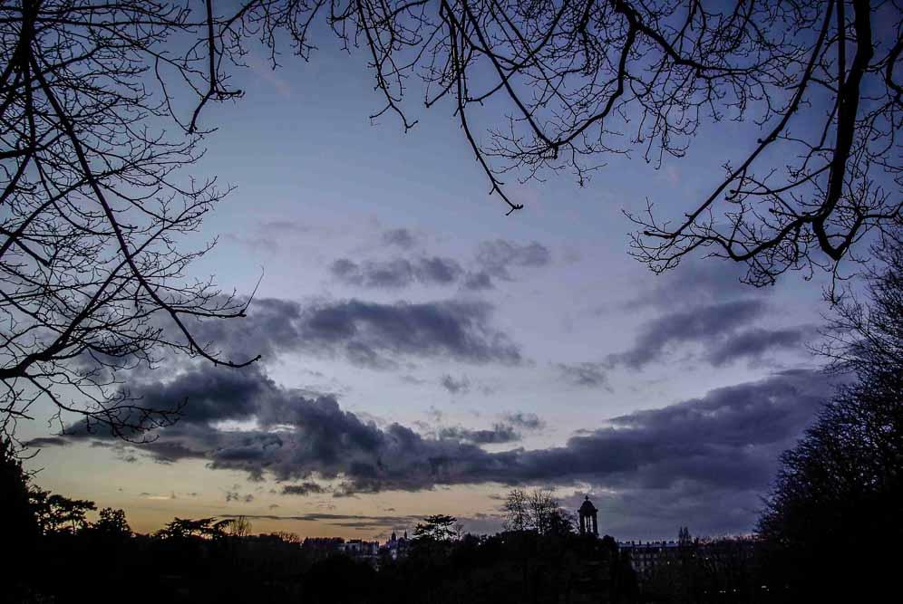 Les Buttes-Chaumont la nuit par Julien Barret