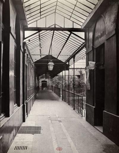 Passage de l'Opéra, de la rue Le Peletier, Paris 9e, vers 1866 par Charles Marville. Coll. GDC