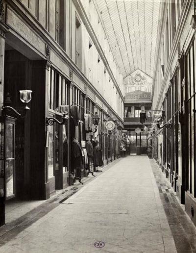 Passage de l'Opéra, galerie de l'Horloge, Paris 9e, vers 1866 par Charles Marville. Coll. GDC
