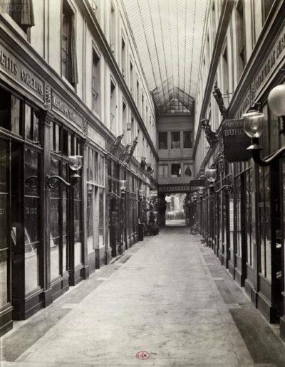 Passage de l'Opéra, galerie du Baromètre, Paris 9e, vers 1866 par Charles Marville. Coll. GDC