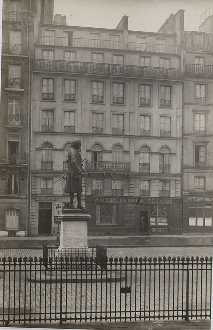 L'hôtel des Grands Hommes, place du Panthéon. Photographie de Jacques-André Boiffard issue de la même série que celle utilisée par André Breton pour illustrer Nadja
