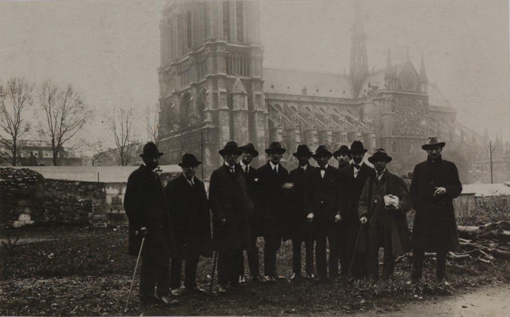 Photographie du groupe Dada prise dans le jardin de l'église Saint-Julien-le-Pauvre à Paris le 14 avril 1921, bibliothèque Kandinsky