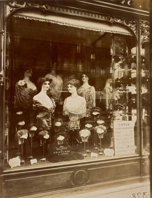 Salons de coiffures, boulevard de Strasbourg, 1912, par Atget. The J. Paul Getty Museum, Los Angeles