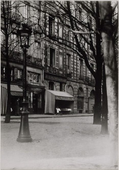 Vue de la place Dauphine illustrant Nadja d'André Breton, paru en 1928, par Jacques-André Boiffard