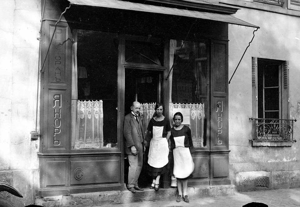 La princesse Barbara Repnine et sa sœur devant leur restaurant rue Fondary (arch. A. Moussine-Pouchkine)