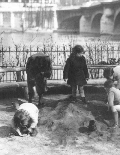 Enfants jouant au square du Vert-Galant en 1933 @Parimagine