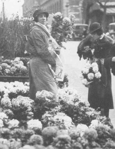Une vendeuse de chrysanthèmes sur le marché aux fleurs. La forme actuelle des pavillons permet de dater le cliché d'après 1924 @Parimagine
