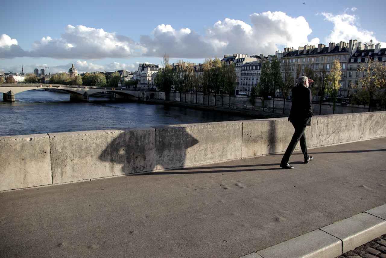 Un homme passe sur le pont Royal @J.Barret