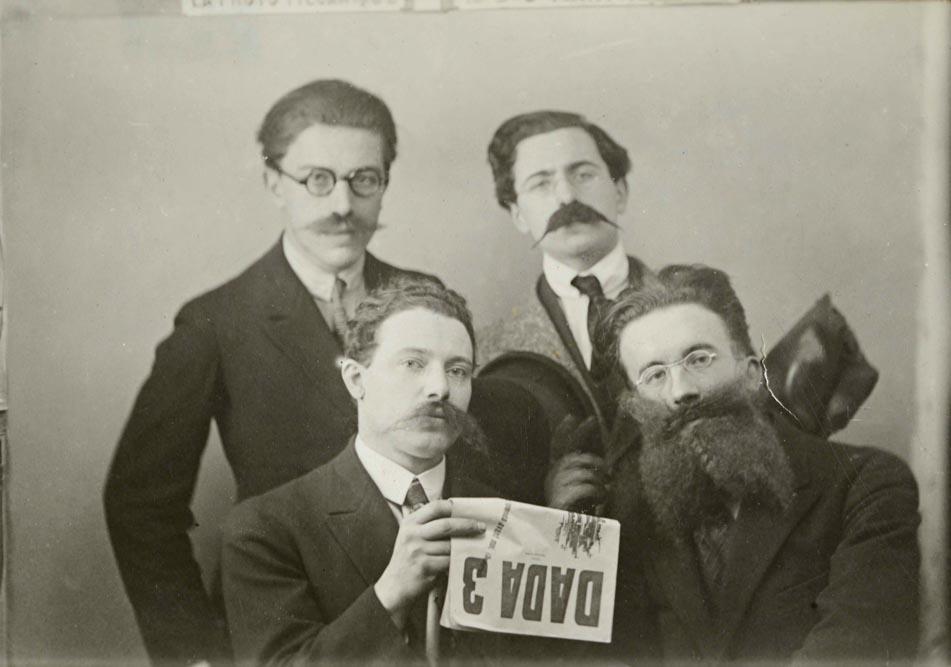 André Breton, René Hilsum, Louis Aragon, Paul Éluard avec Dada 3, janvier 1919 © Bibliothèque Jacques-Doucet