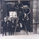 Vernissage de l'exposition Dada Max Ernst à la librairie Au Sans Pareil, Paris, le 2 mai 1921 © Bibliothèque Jacques Doucet