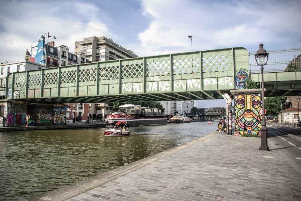 Le pont de la Petite Ceinture avec un mur recouvert d'une fresque de DaCruz @JBarret