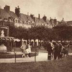 Vue sur une des quatre fontaines de la place des Vosges, vers 1930 @Parimagine